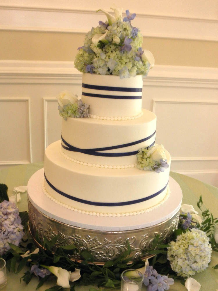 beautiful wedding cake and it was color coordinated with the royal blue