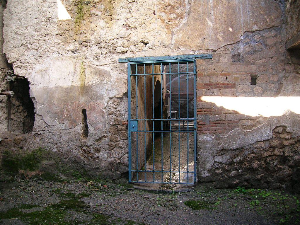Casa de los Vetii. 1. Patio de la entrada secundaria y puerta de acceso al atrio pequeño.  (Reg VI, Ins 15, 27)