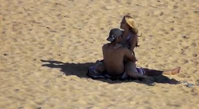 Casal apanhado a fazer sexo na praia - Brasil