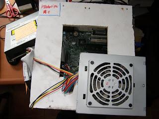 vista desde arriba con la abertura y la fuente de alimentación, ademas en ella también van colocados el disco duro y la lectora