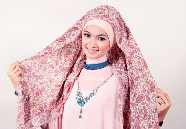 Langkah pertama, gunakan jilbab jilbab segi empat Anda dengan melipat