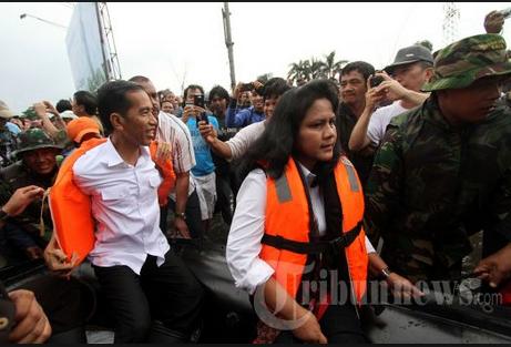 Iriana mengunjungi korban banjir