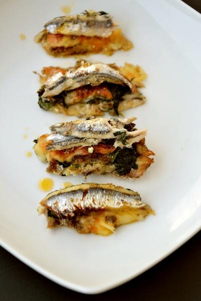 acciughe fresche ripiene con spinaci, patè di carciofi e pecorino