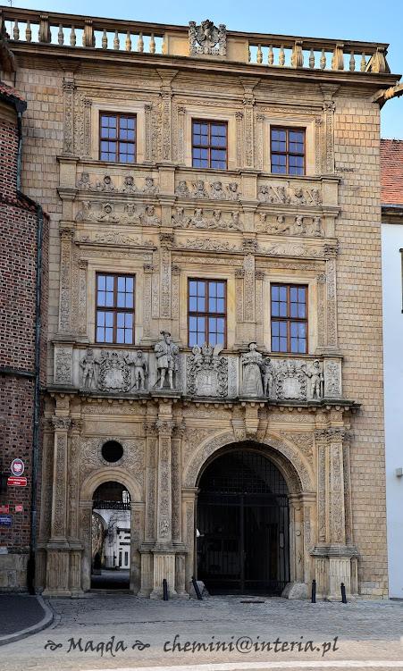 zamek książąt brzeskich - efektowna brama wjazdowa