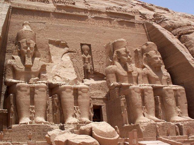 O Grande templo de Abu Simbel construído por Ramsés II.