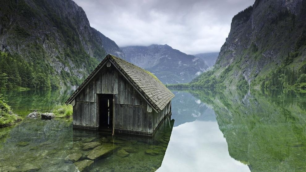 Choza en un lago de Alemania