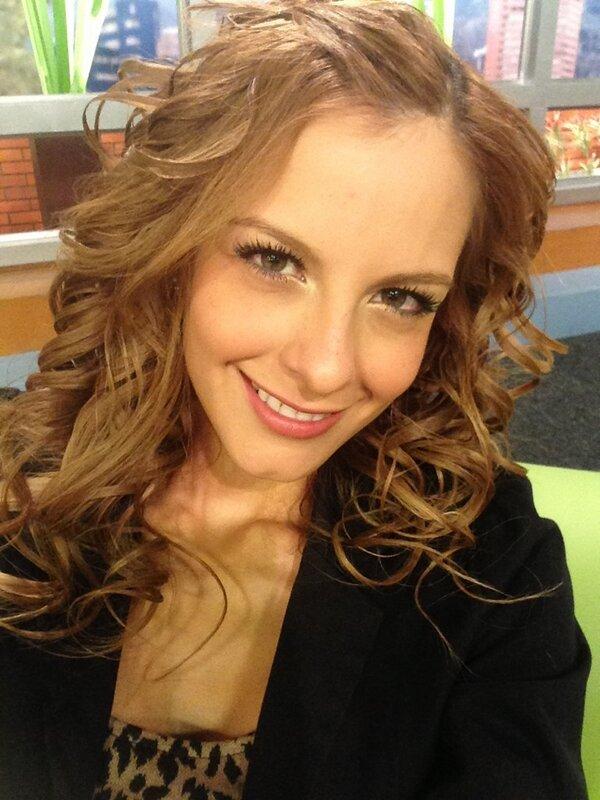 Presentadora Laura Acu Set