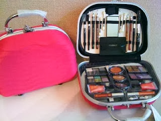 http://jullyespelhodavaidade.blogspot.com.br/2013/11/sorteio-de-maleta-fenzza-48-itens.html