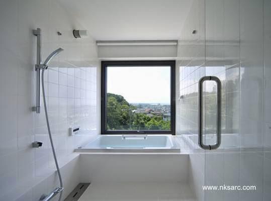 Baño con hidromasaje y amplia ventana transparente