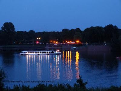 Biergarten Hamburg, Schumachers Biergarten im Stadtpark Hamburg, beleuchtet am Abend, bei Nacht