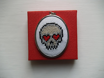 Korssting medaljon med dødningehoved. Skull.