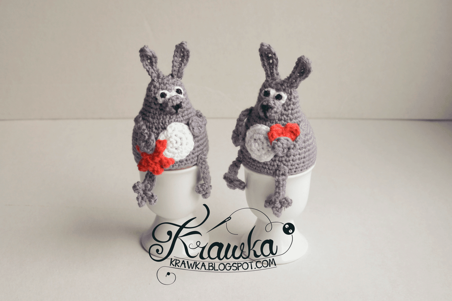 ocieplacze na jajka wielkanocne ozdoby na szydełku,szare króliki, zające trzymające serduszko i gwiazdkę szydełko amigumumi, egg warmers grey rabbits with hearts easter gifts decoration crochet