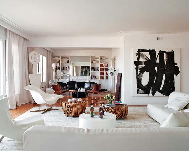 La Chaise von Ray Eames, VITRA, Felt Chair von Marc Newsom, CAPPELLINI, und Flap Sofa von Francesco Binfaré, EDRA, im Hintergrund