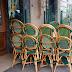 Café de la Paix - des chaises vert