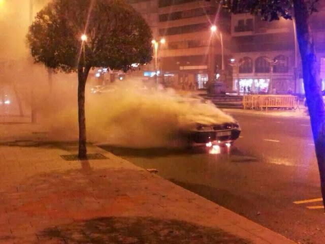 Vehículo ardiendo enel centro de Béjar