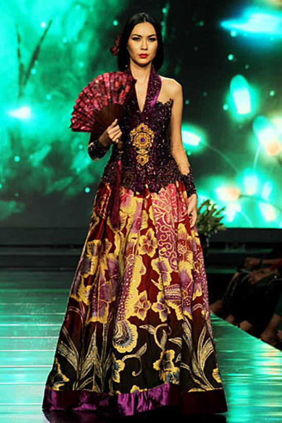 model dibawah ini gaun batik anne avantie terlihat sangat elegan gaun