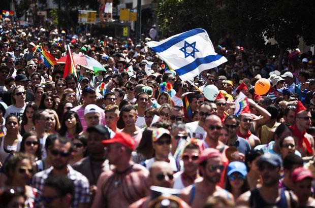 Milhares celebram Parada do Orgulho de Lésbicas, Gays, Bissexuais, Travestis e Transexuais na cidade israelense de Tel Aviv nesta sexta-feira (7) (Foto: Reuters)