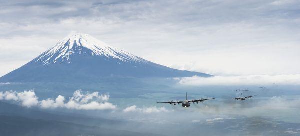 Hercules C-130 Melintasi Gunung Fuji