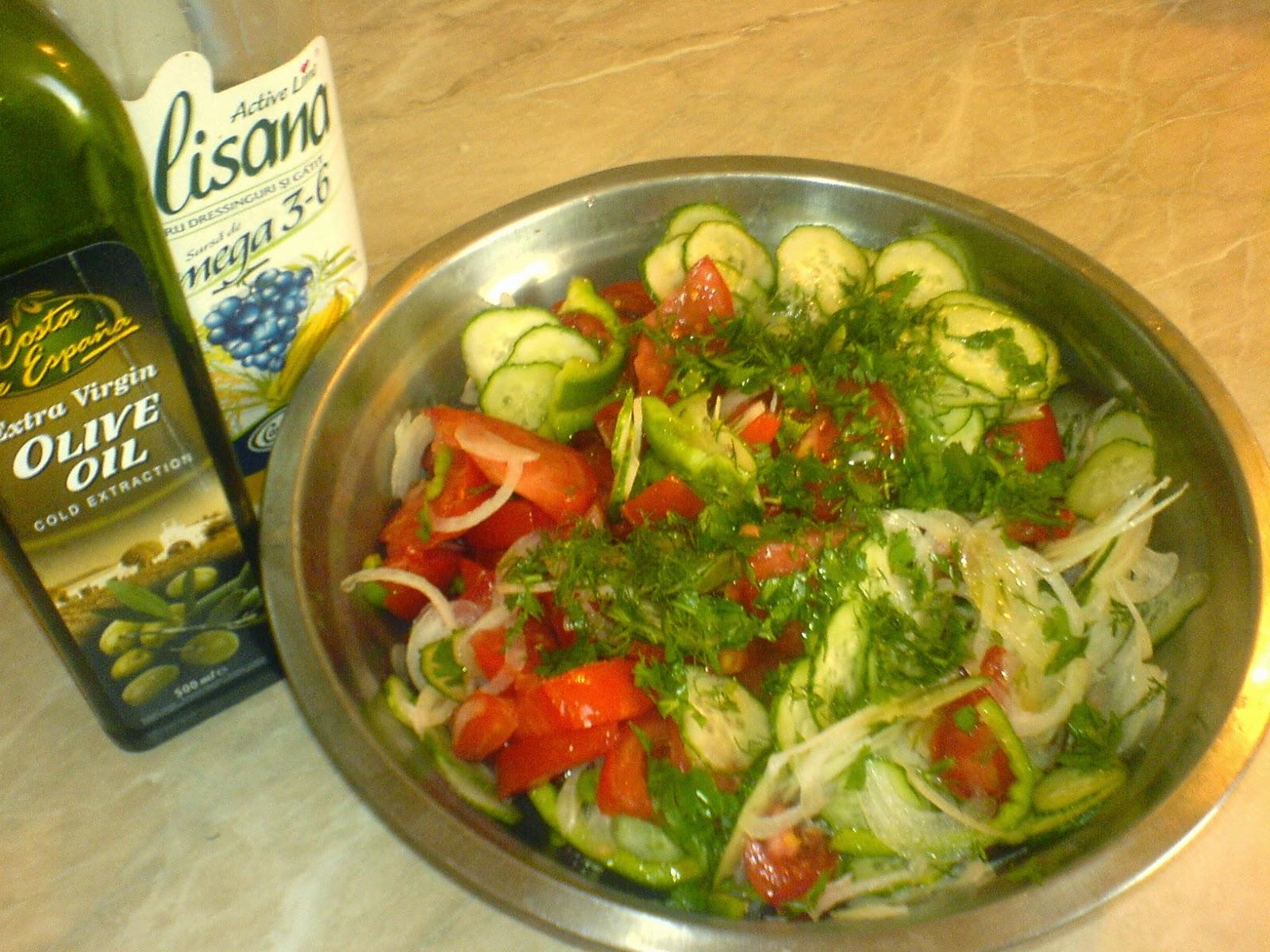 salata, salata de primavara, retete salata, reteta salata, focaccia cu salata, retete si preparate culinare salata, salata cu rosii ceapa si rosii, salata de legume, reteta salata de sezon,