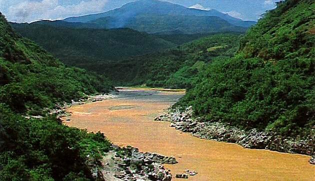 Il fiume rosso presso il confine con la cina