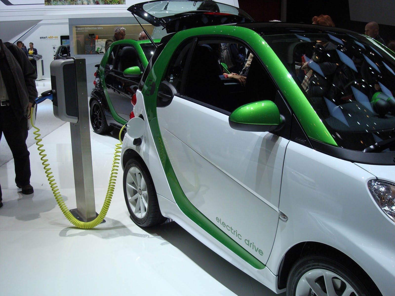 cars for you electric cars pros and cons why buy an electric car. Black Bedroom Furniture Sets. Home Design Ideas