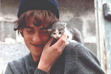Il giovane Baldo con gattino