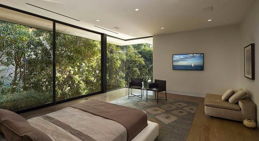 kamar tidur dengan jendela kaca besar