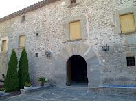 La façana principal amb el portal adovellat d'arc de mig punt