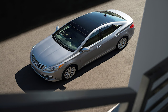 Front 3/4 view from above of 2015 Hyundai Azera Limited