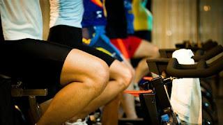 """Primeira advertência: pedalar na rua não é um bom exercício para as costas por causa da postura que obriga a pessoa a adotar. O que se recomenda para pessoas com esse problema é ir à academia e ajustar a bicicleta ergométrica de forma que as costas fiquem em sua posição natural, não curvada, enquanto se pedala. """"A bicicleta é uma excelente alternativa por causa do movimento das pernas e do fortalecimento de alguns músculos do quadril. E ter um apoio obriga a pessoa a ficar nessa posição (benéfica) durante um grande período de tempo"""", explica o treinador. Há ainda outros exercícios de academia que podem ajudar a melhorar os problemas nas costas. """"Mas é preciso ter uma orientação adequada, pois muitas das dores no corpo são provocadas por práticas erradas na hora de se exercitar"""", diz."""