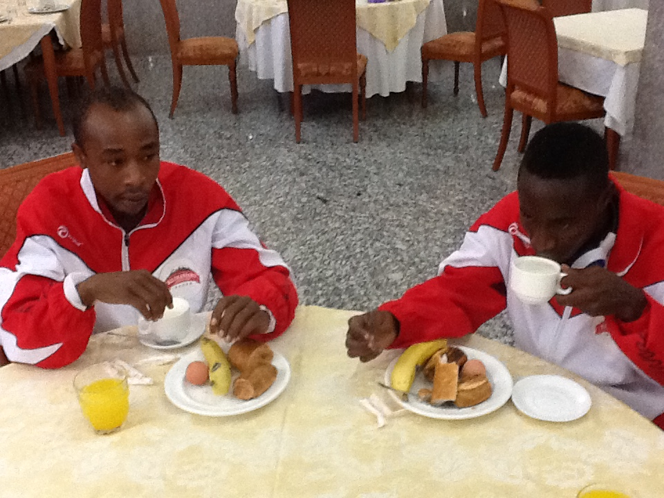 Mwinyi Kazimoto akiwa mchezaji mwenzie wakipata kifungua kinywa baada