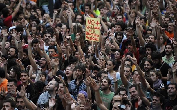 Espanha: MILHARES DE MANIFESTANTES EXIGEM LIBERTAÇÃO DE DETIDOS EM VALÊNCIA