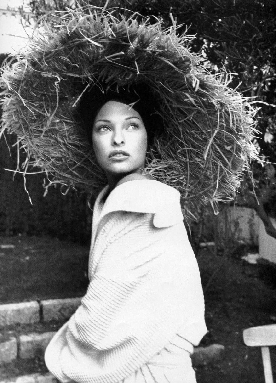 http://3.bp.blogspot.com/-E2k56NsN1Yc/ULY4Ddzv8TI/AAAAAAAALTI/XrYaCEAJcdM/s1600/Linda+Evangelista+1993+02+Vogue+Paris+Ph+Karl+Lagerfeld+005.jpg