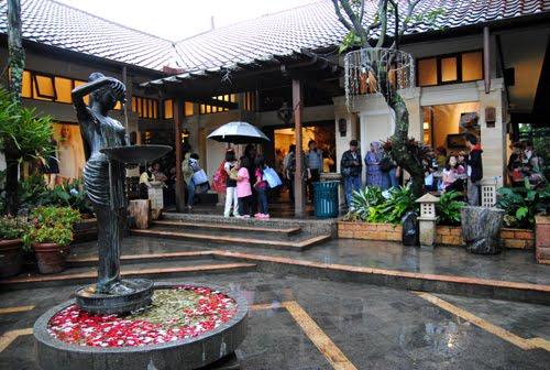 Serunya Belanja Oleh-oleh di Rumah Mode Bandung