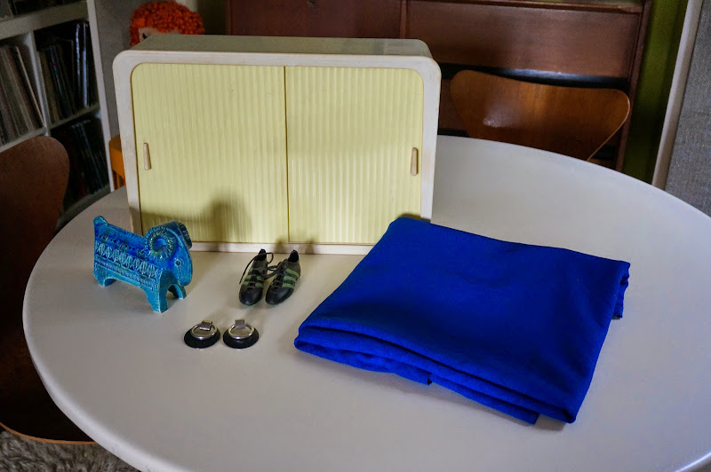 une armoire de salle de bain pour compléter la collection 3 Suisses 1964 du tissu texturé losange des Adidas de compète à mettre au rétro de la R12  des boucles d'oreilles  une bélier Rimini Blu d'Aldo Londi pour Bitossi vintage 1950 50s 1960 60s 1970 70s textured knit fabric diamond shape earrings space age adidas sneakers