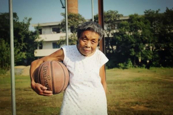 Wow, Nenek Tua Ini Sangat Hobi Bermain Basket!