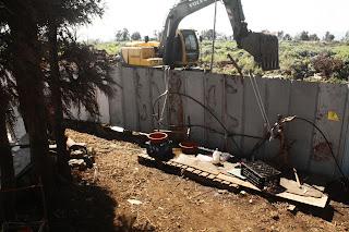 圍牆內工程在進行