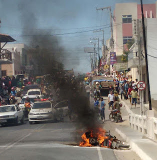 Moto pega fogo na entrada na cidade de Picuí neste sábado (28)