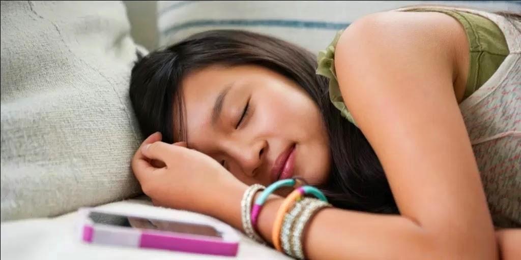 Bahayanya Meletakan Ponsel diatas Tempat Tidur