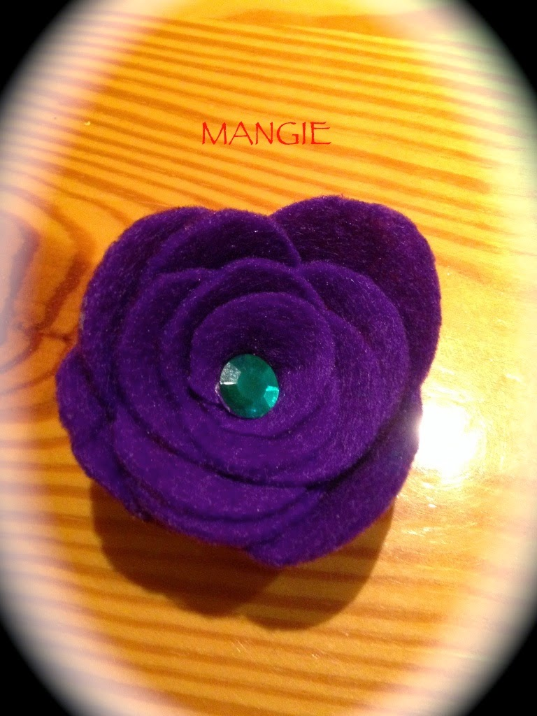 Broche violeta fieltro