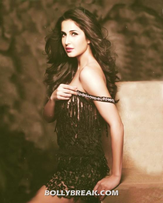 Katrina kaif Undressing her cloth in this hot photo - Katrina kaif Shoulder Less Undressing Photo