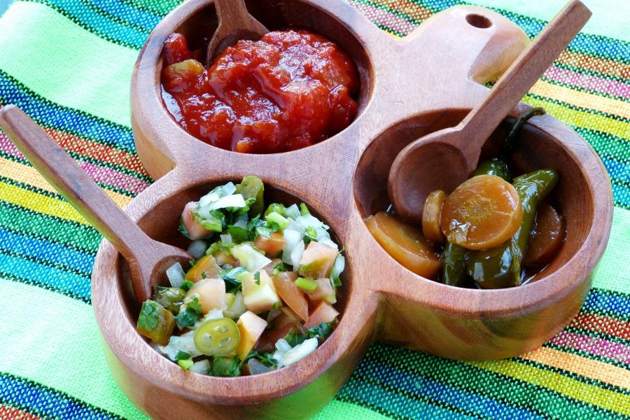 Salsa mexicana o pico de gallo junto a otras salsas