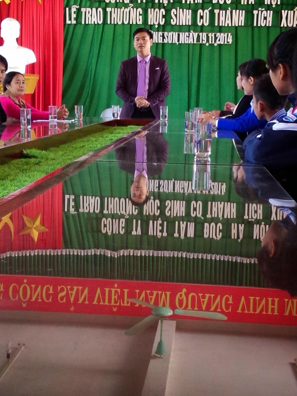 Mr. Dương Bốn phát biểu trong buổi lễ tuyên dương các em học sinh nghèo vượt khó