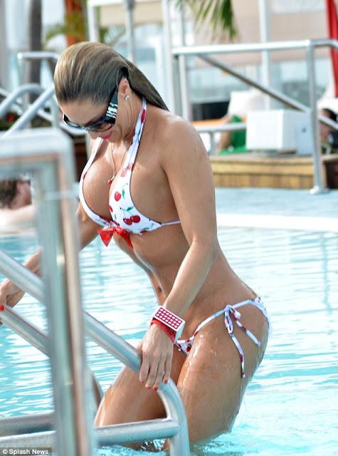 Jennifer Nicole huge cleavages pics