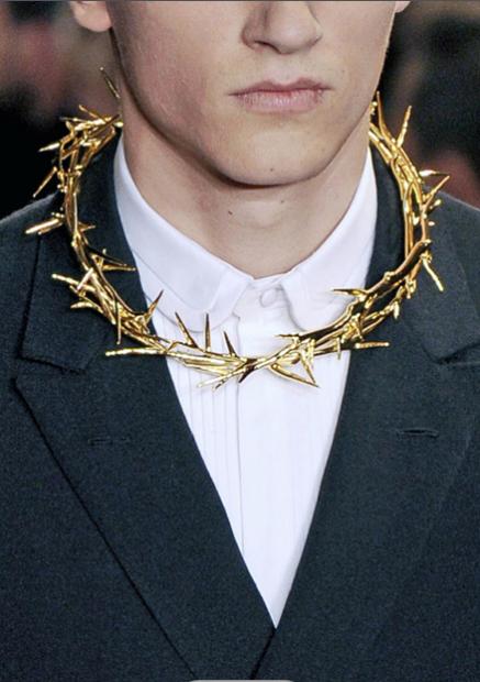 La propaganda muestra a David Beckham ( casi un Cristo) con un collar muy fashion.