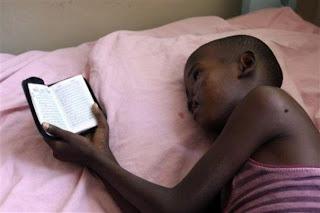 طفل صومالي يقرأ القران