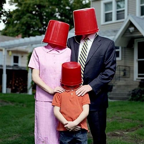 familia posando en fotografia con cubo en la cabeza