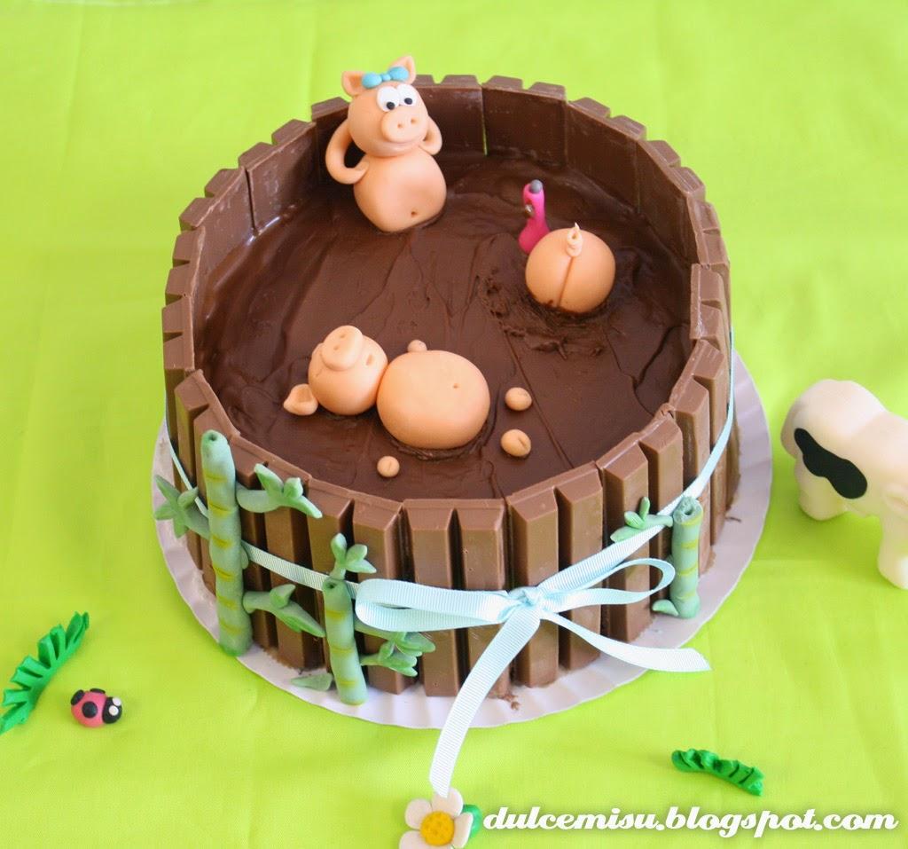tarta kit kat, chocolate, bizcocho, buttercream, cerditos, tutorial, fondant, esteca, modelado, dulcemisu, lacito, bambú, charca de barro, chocolate, paso a paso