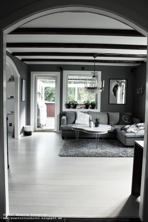 vardagsrum, grå tygsoffa, tygsoffor, tyg, soffa, soffbord, soffbordet, treklöver, gråmålade väggar, måla väggarna grått, vit parkett, vitt, vita, grå, grått