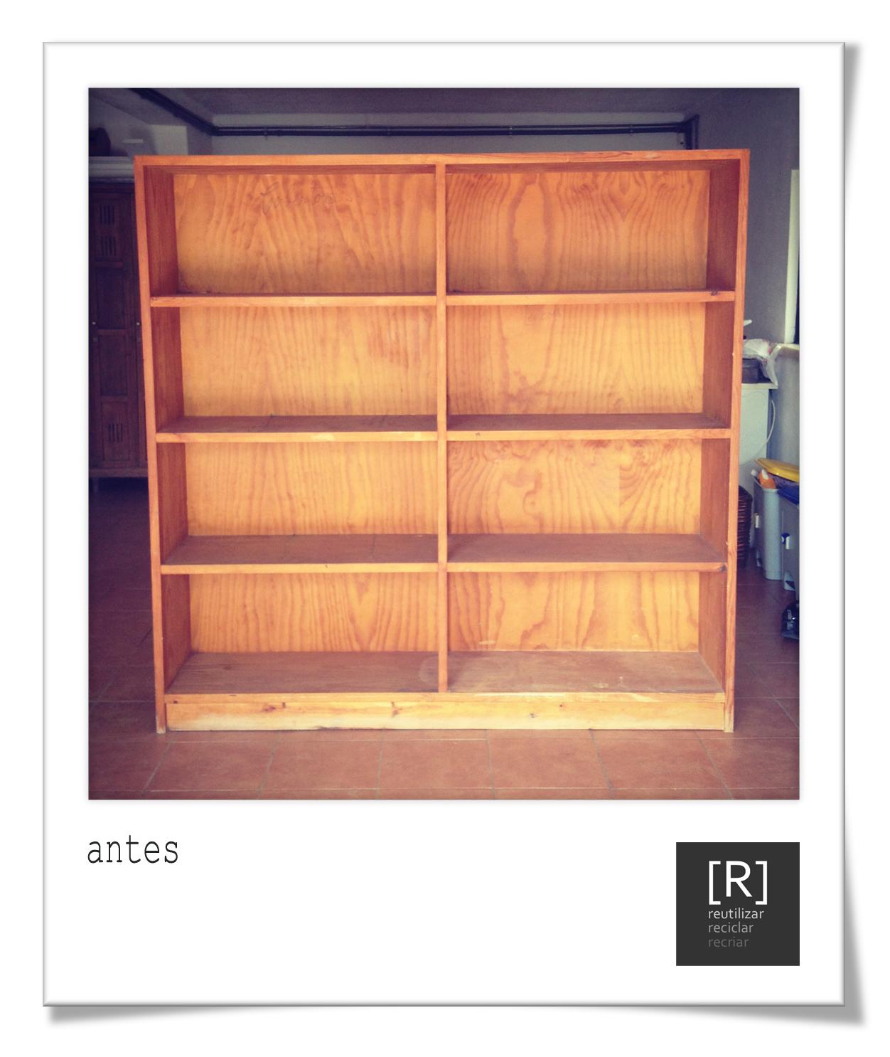 de uma estante em madeira que por se encontrar em boas condições de  #BE6C0D 1252x1486